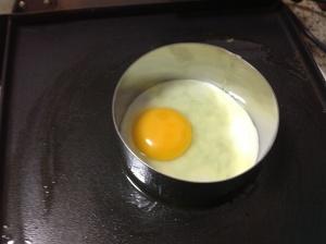 Frying an egg using a ring cutter